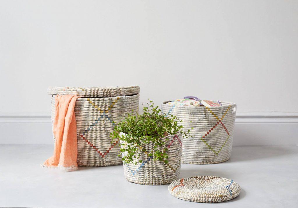 Paniers tressés et colorés pour le linge et les plantes